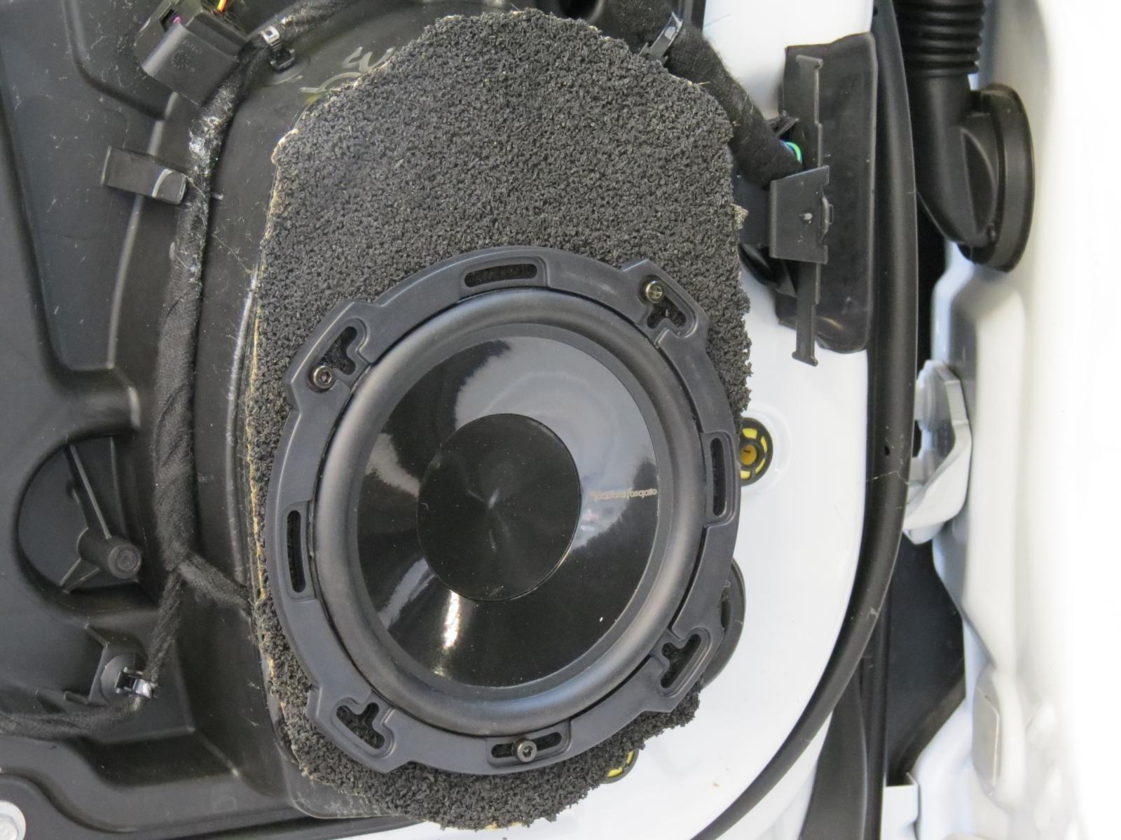 2015 chrysler 200 speaker sizes